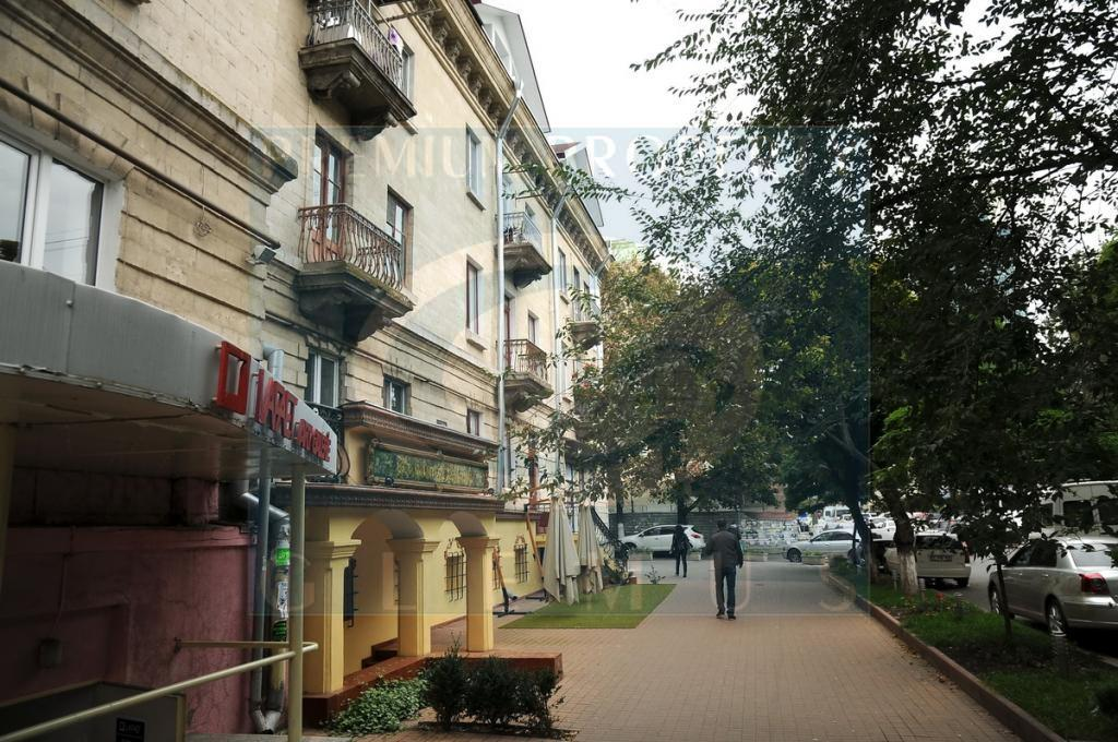 Apartment building on 75, Mitropolit Varlaam street
