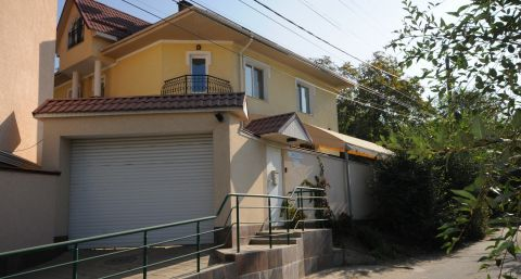Unfurnished house close to the City Center.