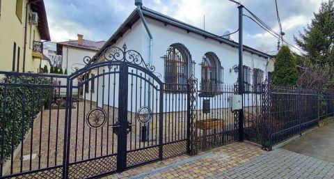 Практичный дом с двумя спальнями с небольшим двориком в тихом переулке