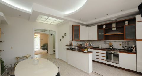 Bright, spaciouse flat with garage near Chinise Embassy